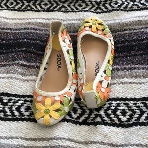 Green and yellow flower flats, size 6